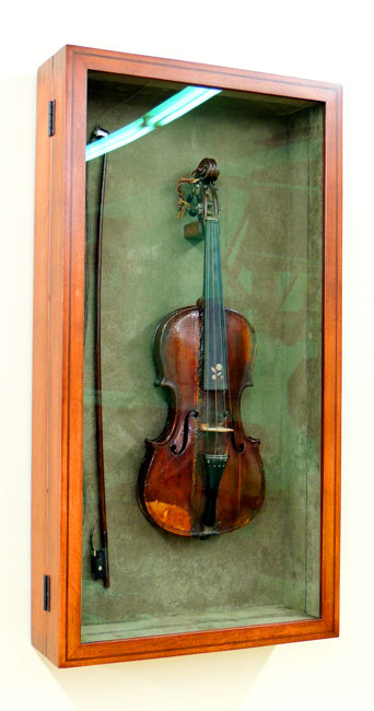 Violin Shadowbox, accessible